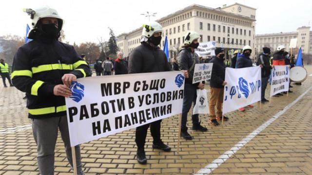 """На метри едни от други: Протест на полицаите и контрапротест на """"Системата ни убива"""""""