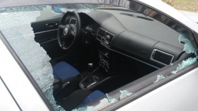 23-годишен начупи прозорците на автомобил край Варна