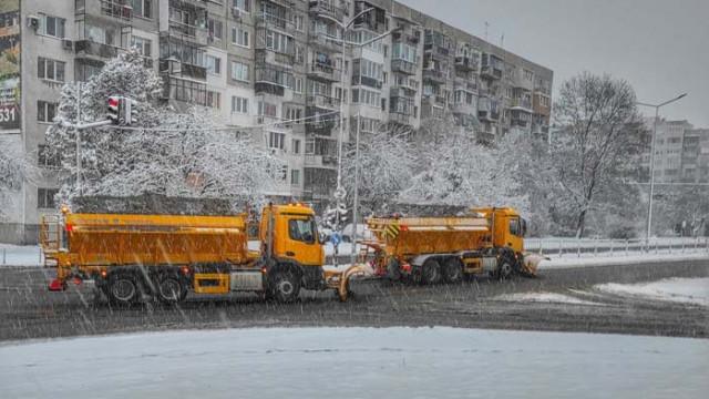 152 снегорина почистват столицата след първия сняг за сезона, паднал тази нощ