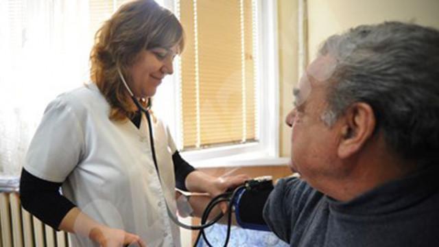 Медици мерят кръвно на възрастни по домовете, носят им храна и лекарства