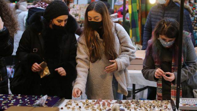 Коледен базар на изкуствата с предложения за подаръци за идните празници