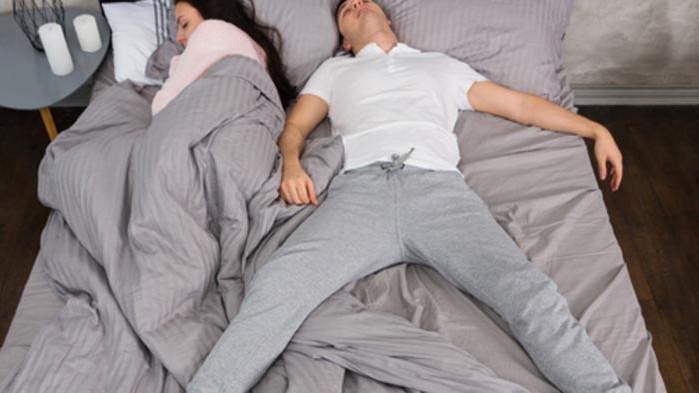 Позата, в която спи партньорът ви, разкрива много за него