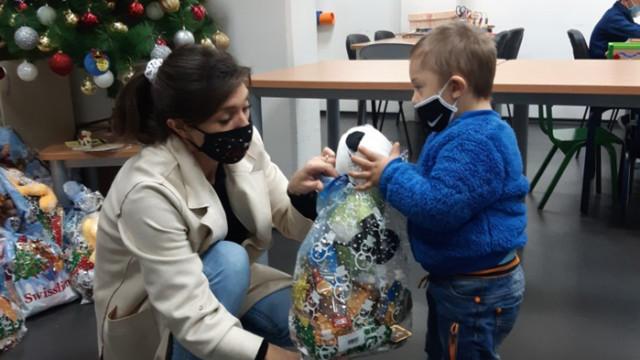 Посолството ни в Скопие дари коледни пакети на деца