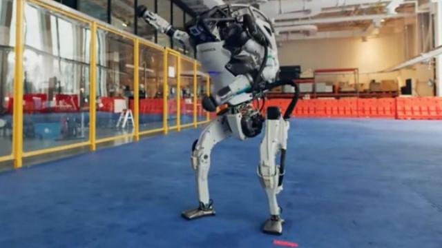 Роботи изпратиха годината с танц (ВИДЕО)