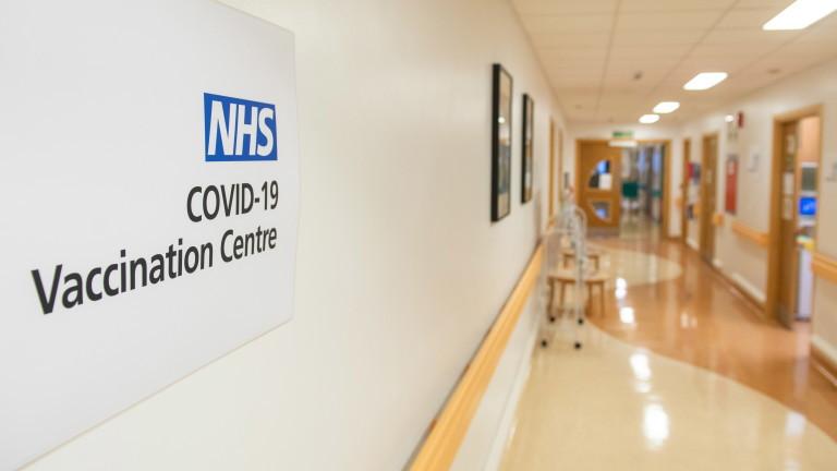 Защо Великобритания отлага втората доза от ваксините срещу COVID-19?
