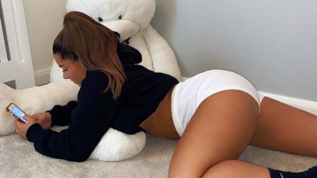 Секси футболистка сваля дрехи за пари