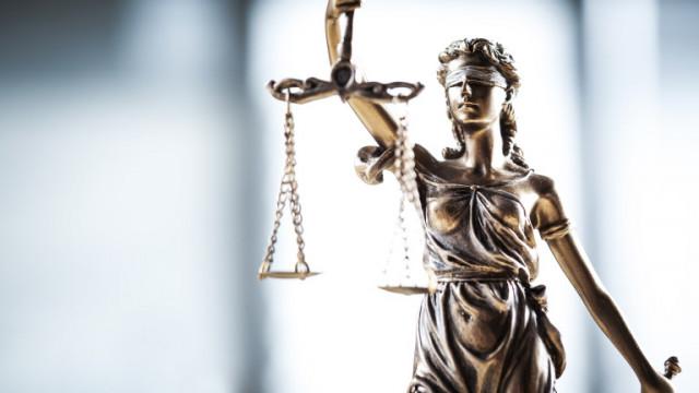 Обвиниха трима мъже, обрали кръчма с детски пистолет