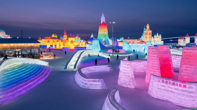 Зрелищен град от сняг и лед се издига в Китай