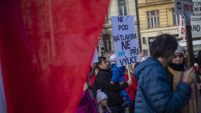 Стотици на протест в Прага срещу ограниченията заради коронавируса