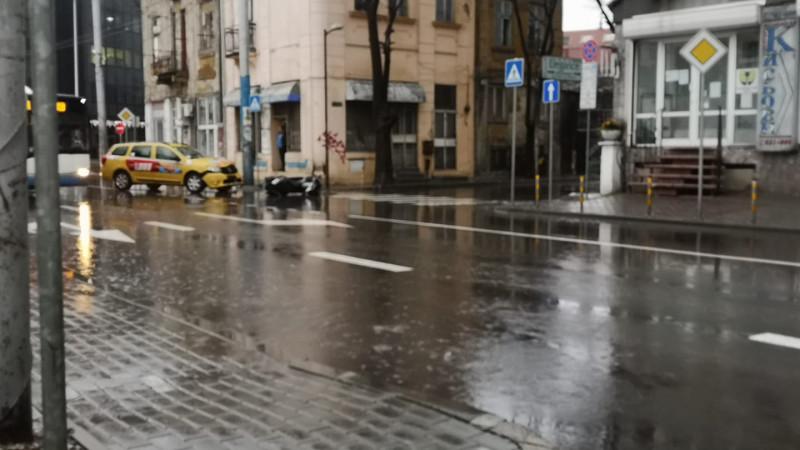 Моторист е със счупен крак след сблъсък с таксиметров автомобил до жп гарата във Варна