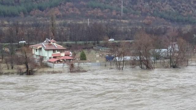 Опасни остават нива на реките Струма и Места