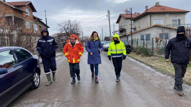 Фандъкова провери на място работата на аварийните екипи в засегнатите от наводнението райони