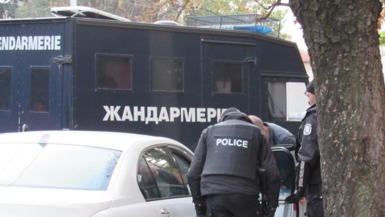 Полиция опазва от гневни съседи къщата в Мездра, в която почина дете