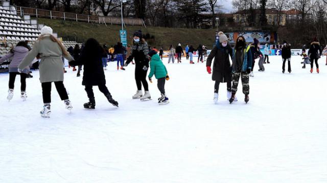 Софиянци се забавляват на леда и в студената събота