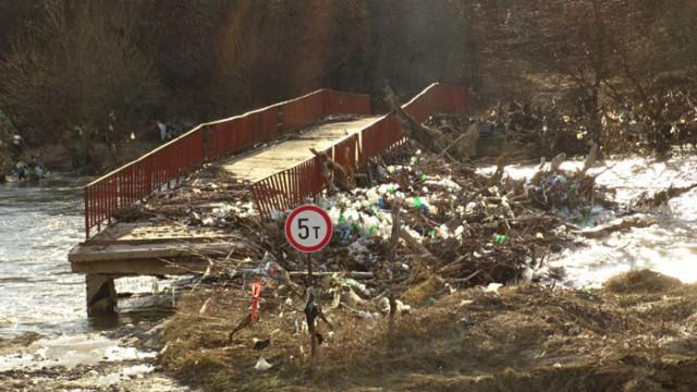 Сметище се образува на мост на р. Струма край Невестино