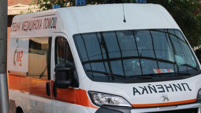 Две коли се удариха челно в Павликенско, има загинал