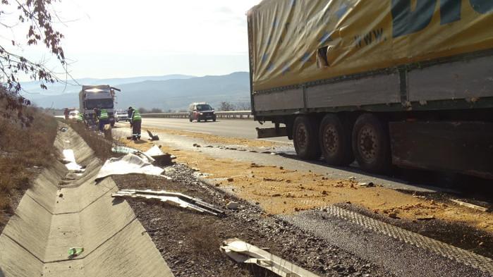 """Катастрофа между два тира затруднява трафика на АМ """"Струма"""""""