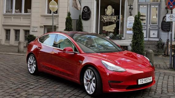 Tesla намали цените на електромобилите Model 3 в Европа