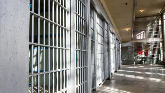 8 години затвор за рецидивист, заради кражба и нанасяне на средна телесна повреда