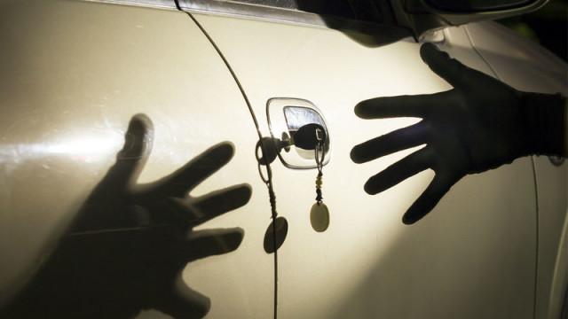 Полицията задържа двама мъже, отнели автомобил със заплаха