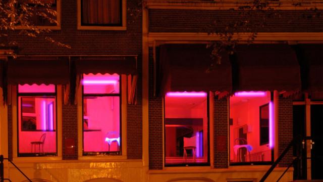 Местят квартала на червените фенери извън централната част на Амстердам