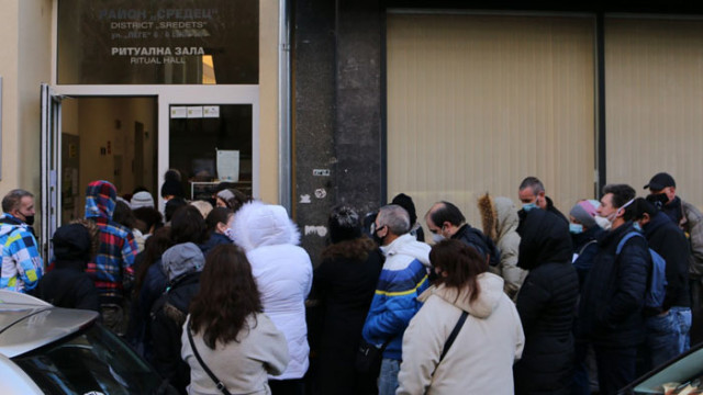 Опашки от желаещи да продават мартеници в София