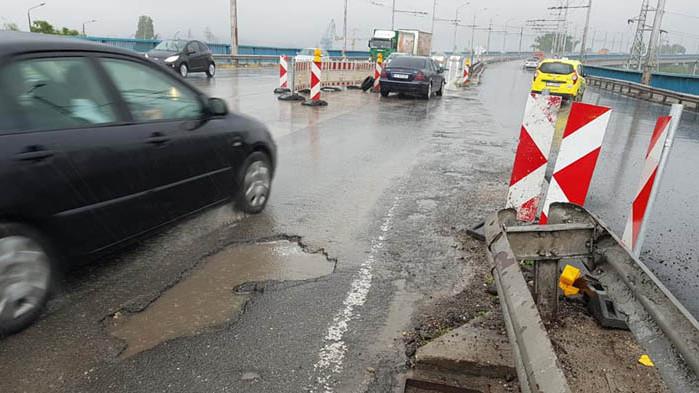 След пороя: зейна дупка при включване в лентата на Аспарухов мост, карайте с повишено внимание