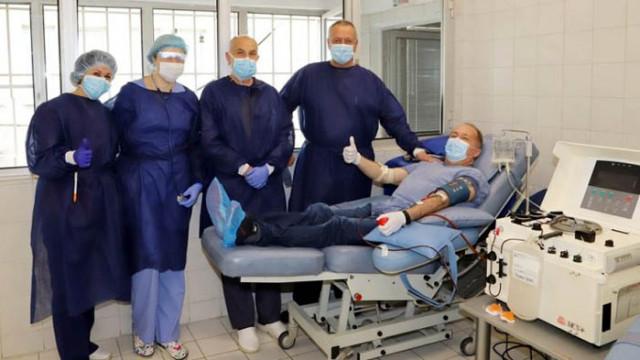 Лекар, преболедувал COVID-19, дари кръв за плазма