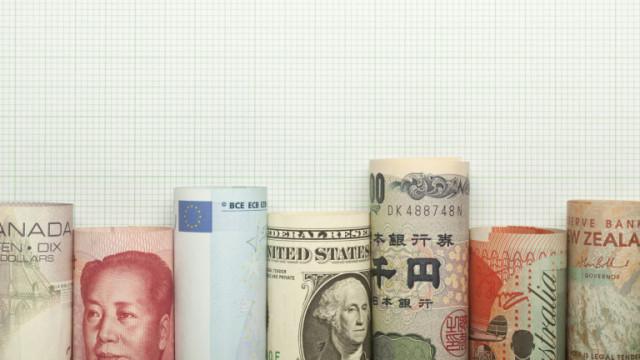 Доларът се качва спрямо паунда, спада към еврото