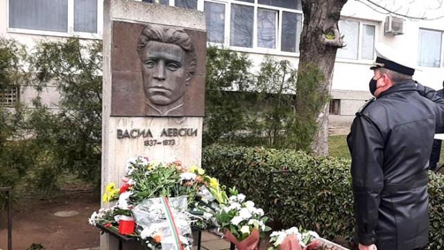 Военноморските сили отдадоха почит пред бюст-паметниците на Васил Левски във Варна и Бургас