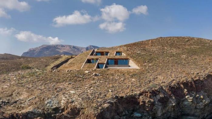 Къща в скалите, NCAVED, Mold Architects и архитектурното бижу в скалите на Серифос