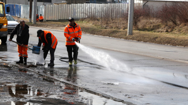 С три машини за 84 хиляди лева почистват софийските тротоари