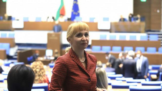 """Ковачева призова да не """"подканват"""" гражданите да разсрочват погасени по давност задължения"""