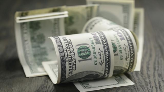 Доларът се обезценява спрямо еврото и паунда
