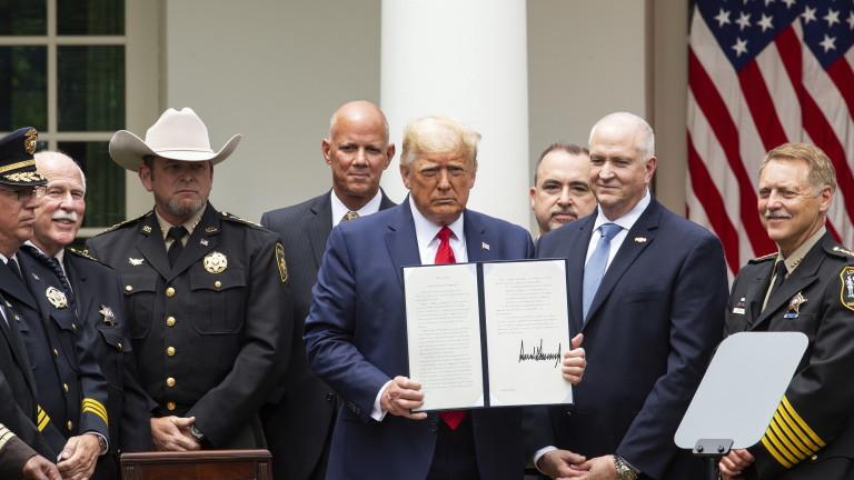 Тръмп подписа заповедта за реформа в полицията