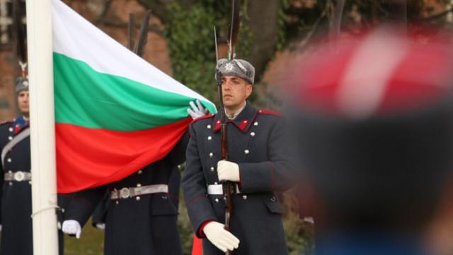 Издигнаха Националния флаг пред паметника на Незнайния воин