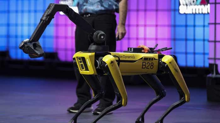 Първият робот-куче в света ходи на работа, но мрази стълби