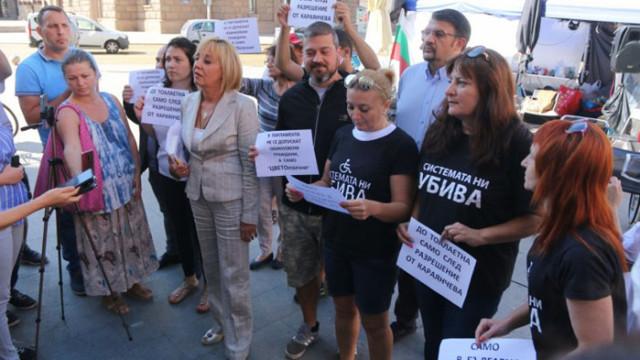 """""""Системата"""" разочаровани от Манолова, обвиняват я, че е изтъргувала децата им"""