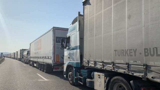 Над 300 камиона останаха блокирани на Дунав мост при Русе