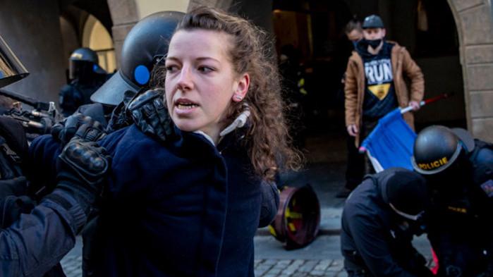 Сблъсъци и арести на протест срещу COVID мерките в Чехия