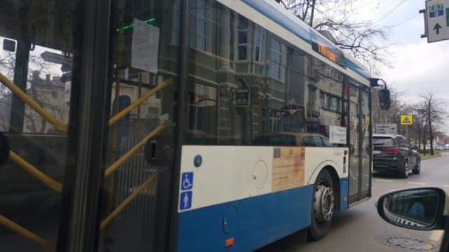Двама пътници са ранени при катастрофа между автобус на градския транспорт и джип във Варна