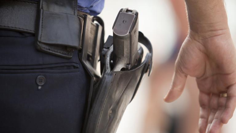 20-годишен задигна полицейски пистолет и избяга при опит да бъде