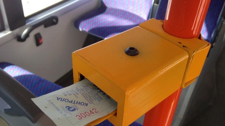 Пътници заснеха как контрольори се опитват да свалят жена без билет