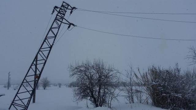 Стълб падна върху къща в Своге, остави цяла улица без ток