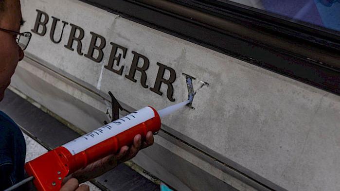 Burberry стана първата луксозна марка, която попадна под ударите на