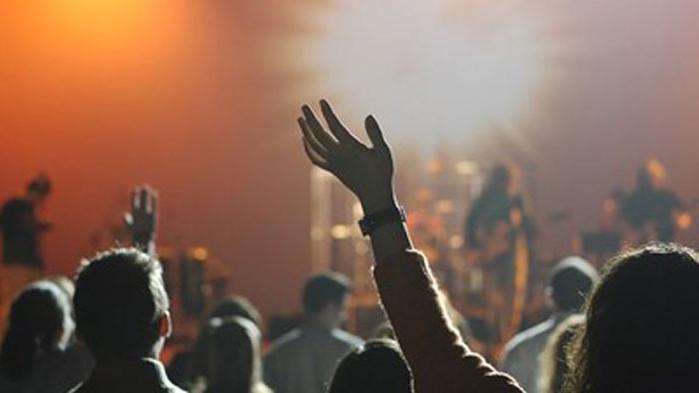 Фенове танцуваха, прегръщаха се и пяха заедно с музикантите на
