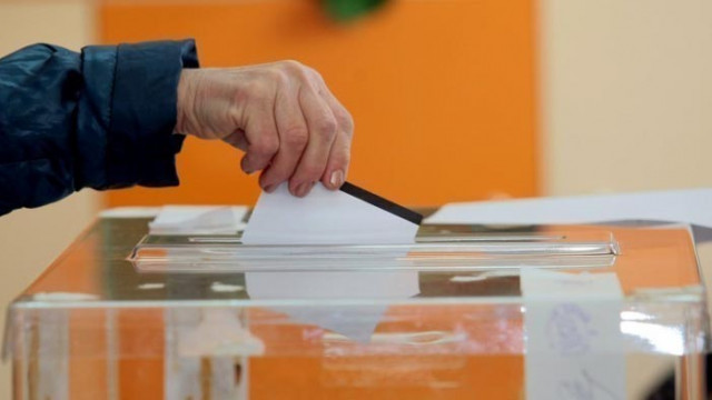 Седмица преди изборите: ГЕРБ убедително води пред БСП