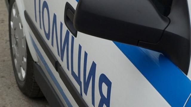Шофьор заби колата си в уличен стълб, докато бяга от проверка