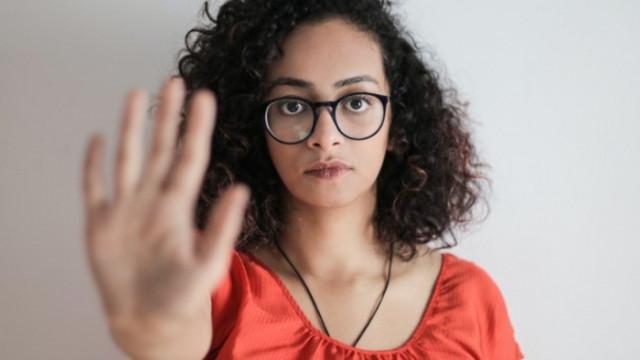 Домашното насилие и международният знак с ръце за помощ