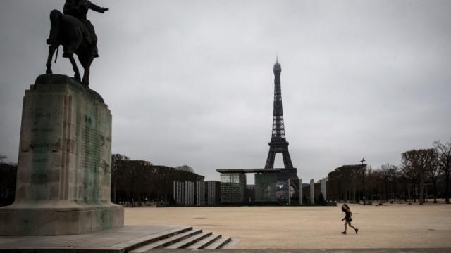 Протестиращи французи намазаха здравното министерство с червена боя